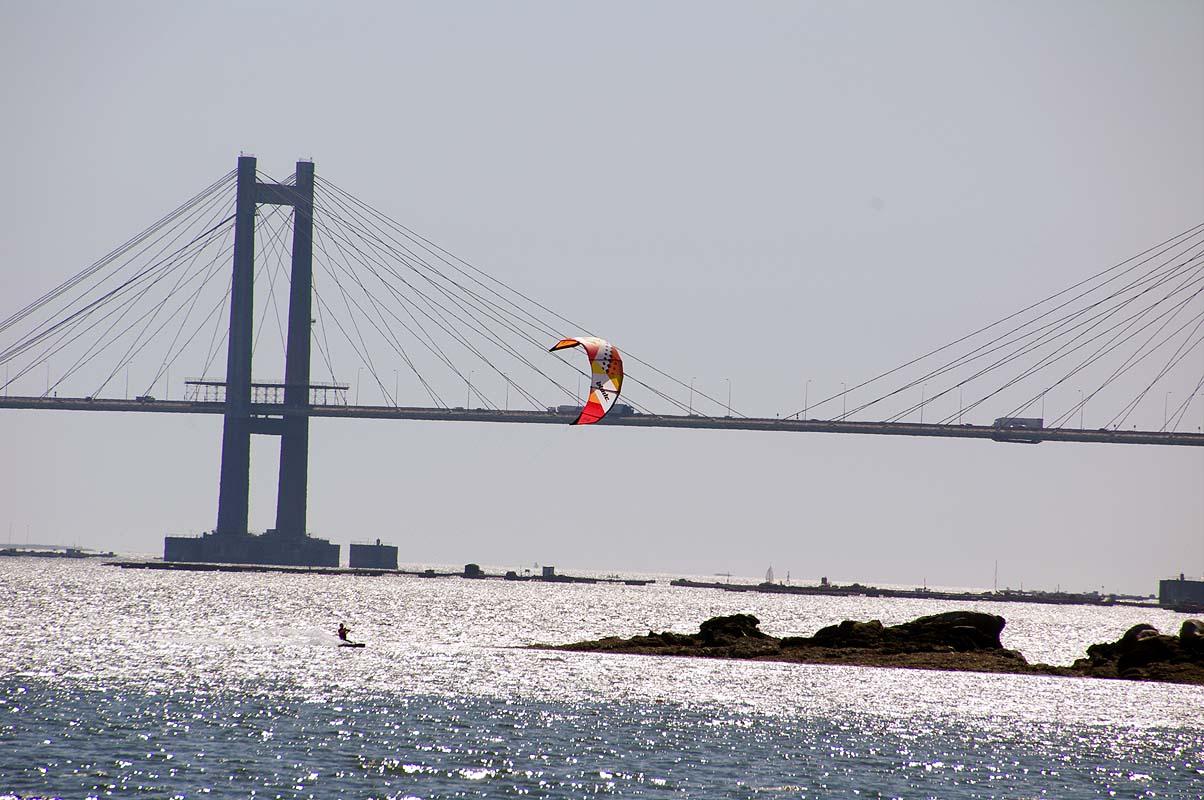 """1,5 km lange Brücke """"Puente de Rande"""" mit Kiter"""