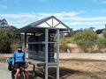 Fahrradweg mit Wassertanks, sowas gibt es wohl nur in Australien