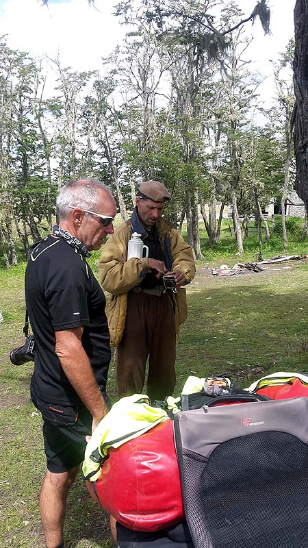 Toni mit einem urigen Argentinier der nach Bränden Ausschau hält