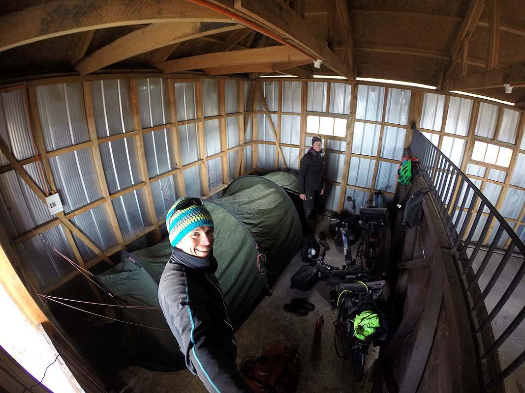 Neuer und sauberer Pferdestall als Schlafplatz (Dank einem Tipp der Polizei)