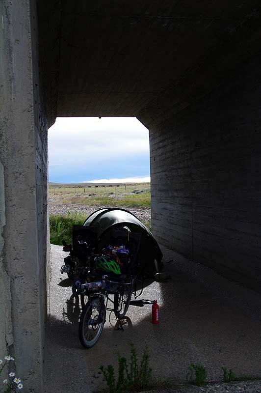 Tunnelzelt im Tunnel unter Brücke, immer weder eine gute Idee